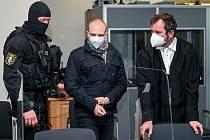 Pravicový radikál Stephan Balliet (uprostřed), který je obžalován z loňského útoku na synagogu v Halle, u soudu.