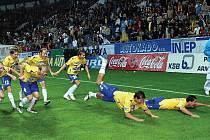 Teplickým fotbalistům se daří natahovat vítěznou sérii, takhle slavili výhru nad Spartou.