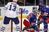 Mats Sundin z Toronta (v bílém) doklepl puk za záda gólmana New Yorku Rangers Henrika Lundqvista. Nezabránil mu v tom ani bek Michal Rozsival (3).