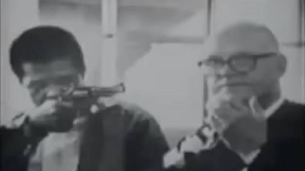 Autentický záběr únosu soudce Harolda Haleyho ze soudní síně. Sedmnáctiletý Jonathan P. Jackson pronesl k soudu revolver a brokovnici s uřezanou hlavní, kterou soudci připevnil ke krku lepící páskou