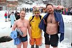Starosta Zábřehu František John (vlevo) přijal před několika lety pozvání zimních plavců a zaplaval si v ledových vodách přehrady na Bozeňově.