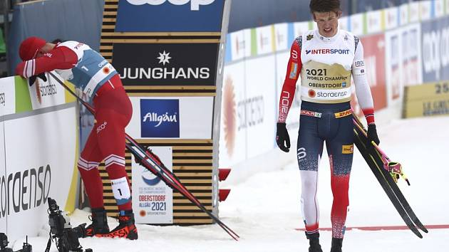 Johannes Hösflot Klaebo (vpravo) a Alexander Bolšunov po finiši v závodě na 50 km