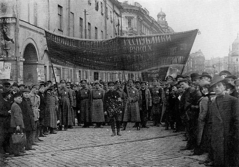 Vojáci Rudé armády na přehlídce v Moskvě během občanské války v roce 1918