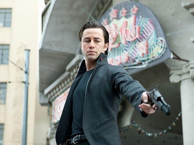 LOOPER. Zabiják Joe (Joseph Gordon-Lewitt) svede v thrilleru Riana Johnsona nezáviděníhodný souboj – sám se sebou na cestě časem.