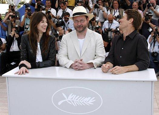 Režisér Lars Von Trier (uprostřed) pózuje s herci filmu Antichrist -  Charlotte Gainsbourgovou and Willemem Dafoem