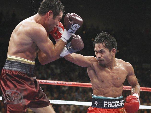 Jeden z povedených úderů Mannyho Pacquiaoa proti tváři Oscara De La Hoy.