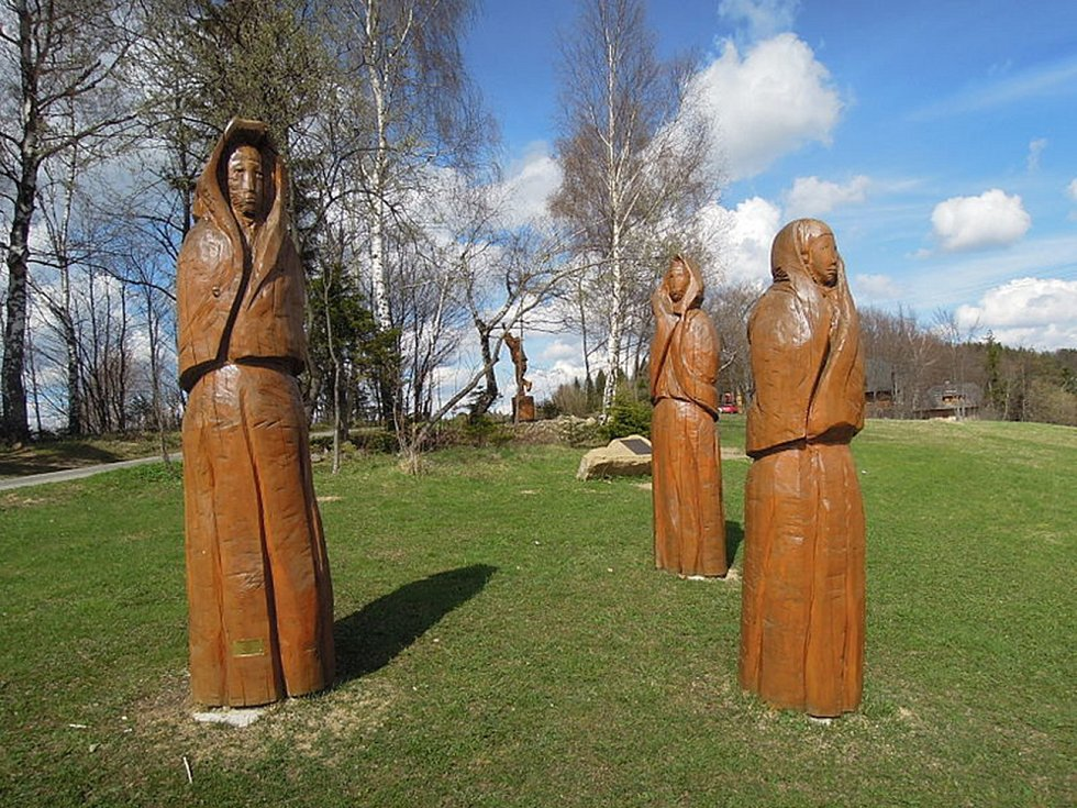 Soláň. Na vrcholu je naučná stezka a desítky dřevěných soch zachycujících postavy ze starých pověstí.