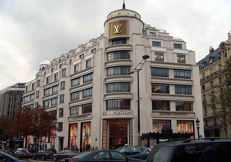 Exteriér obchodu značky Louis Vuitton na slavné pařížské třídě Champs-Élysées.