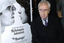 """Michelangelo Antonioni pózuje u plakátu k jeho filmu """"The Passenger"""" (Pasažér) v americkém Beverly Hills."""