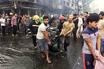 Bomba nastražená v autě zabila v Bagdádu nejméně 292 lidí.