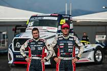 Piloti Buggyry Jiří Forman (vlevo) a Adam Lacko pózují před novým závodním speciálem, který prošel designovou změnou.