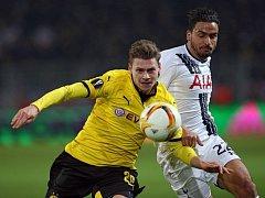 Lukasz Piszczek z Dortmundu (vlevo) a Nacer Chadli z Tottenhamu.