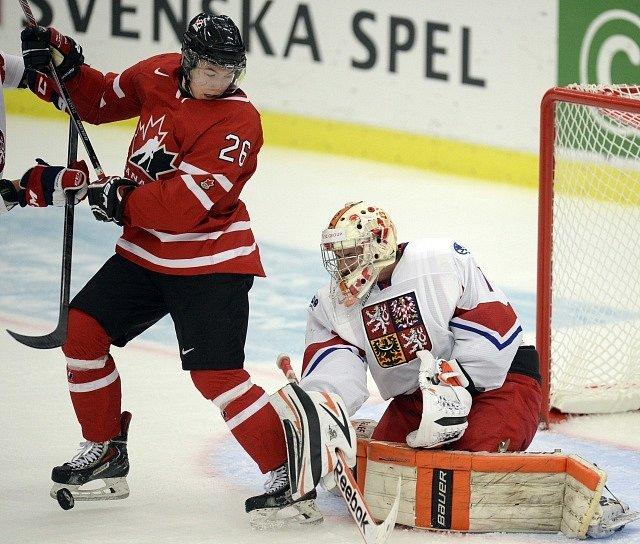 Brankář Marek Langhammer vyráží střelu Curtise Lazara z Kanady.