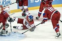 David Kaše (v bílém) se snažil prosadit proti Rusům.
