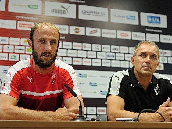 Roman Hubník a trenér Roman Pivarník na tiskové konferenci.