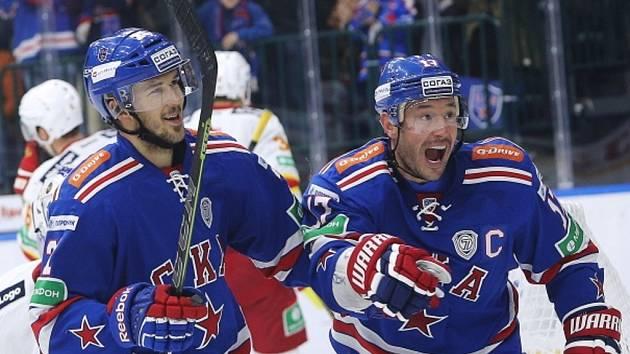 Hokejisté Petrohradu Jimmie Ericsson (vlevo) a Ilja Kovalčuk.