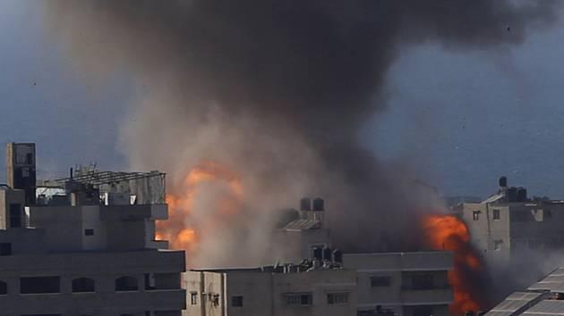 Kouř stoupal 14. května 2021 z budovy v Gaze po izraelských leteckých útocích