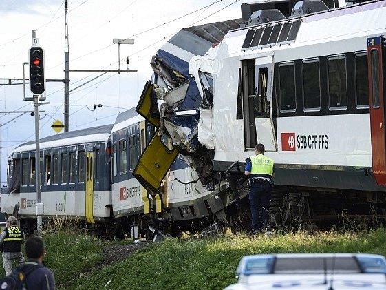 Při srážce dvou vlaků ve Švýcarsku utrpělo zranění 44 lidí.