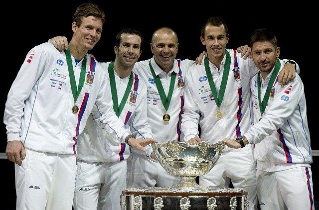 Čeští tenisté obhájili triumf v Davis Cupu. Zleva Tomáš Berdych, Radek Štěpánek, nehrající kapitán Vladimír Šafařík, Lukáš Rosol a Jan Hájek.