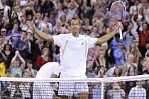 Lukáš Rosol se raduje z vítězství nad Rafaelem Nadalem ve Wimbledonu.