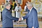Prezident republiky Miloš Zeman (vpravo) jmenoval 10. července v Praze ministrem zdravotnictví Martina Holcáta (vlevo).