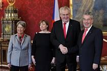 Český prezident Miloš Zeman (druhý zprava) a jeho manželka Ivana Zemanová (druhá zleva) přijeli na dvoudenní návštěvu Rakouska. Ve vídeňském Hofburgu je uvítal rakouský prezident Heinz Fischer s manželkou Margit.
