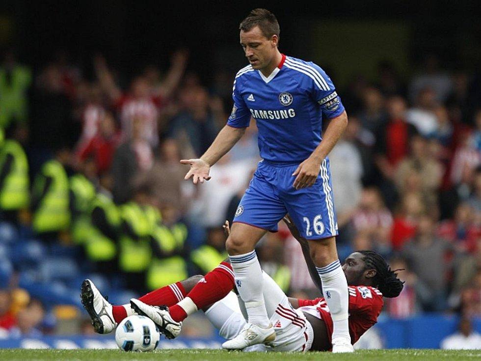Opora Chelsea John Terry (v modrém) si poradil s Kenwynem Jonesem ze Stoke.