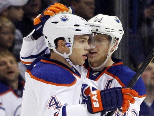 Hokejisté Edmontonu Taylor Hall (vlevo) a Aleš Hemský.