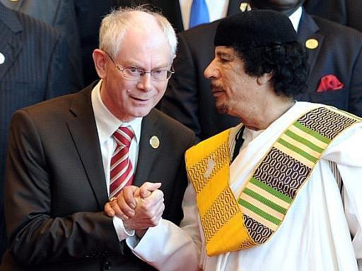 Prezident EU Herman Van Rompuy a Muammar Kaddáfí v listopadu 2010