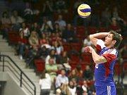 Čeští volejbalisté (v červeném) blokují smeč soupeřů.