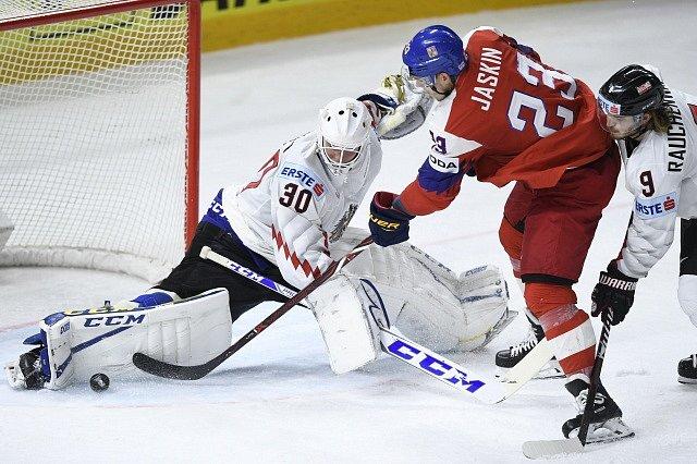 Česko - Rakousko, Dmitrij Jaškin před brankářem Kickertem.
