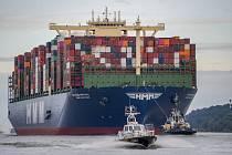 Největší nákladní loď na světě HMM Algeciras vlouvá do přístavu v Hamburku