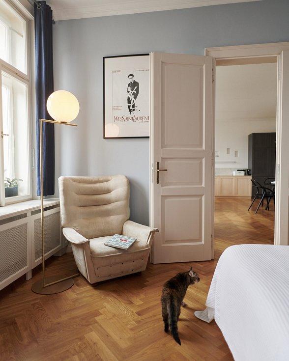 Táflování pod okny, které kromě zakrytí radiátorů nabízí spoustu úložného prostoru.