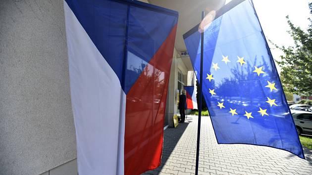 Vlajky ČR a EU. Ilustrační snímek