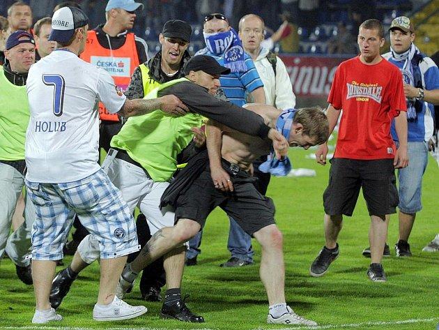 Po finále poháru na hřišti napadli fanoušci Olomouce příznivce Boleslavi.