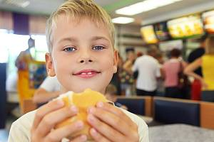 Děti tloustnou, jejich jídelníček postrádá ovoce a zeleninu.