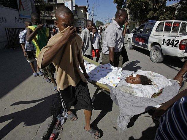 Ulicemi Port au Prince se šíří zápach z mrtvých těl, lidé, kteří pomáhají při transportu zraněných se před ním chrání jen velmi těžko.