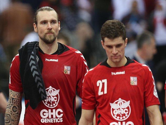 Zklamaní házenkáři Pavel Horák (vlevo) a Ondřej Zdráhala po prohře s Egyptem.