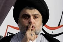 Tlak na vládní změny vyvolávají protesty stoupenců šíitského duchovního Muktady Sadra (na snímku), kteří chtějí, aby vláda provedla slíbené reformy.