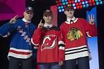 První trojka draftu hokejové NHL, zleva útočníci Kaapo Kakko z Finska (NY Rangers), Jack Hughes z USA (New Jersey) a Kirby Dach z Kanady (Chicago).