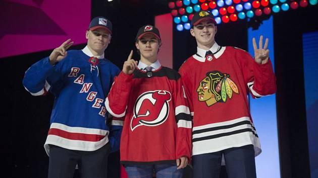 805055705ccaf První trojka draftu hokejové NHL, zleva útočníci Kaapo Kakko z Finska (NY  Rangers) ...