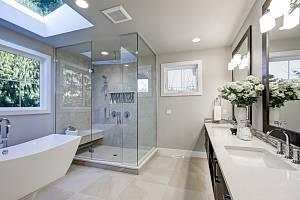 Nábytek do koupelny volte pokud možno zavěšený. Jednak se pod ním snadno vytírá, navíc koupelna vypadá vzdušně a pocitově větší. Do menších koupelen se hodí nábytek spíše uzavřený, místnost bude vypadat uklizenější a opět větší.