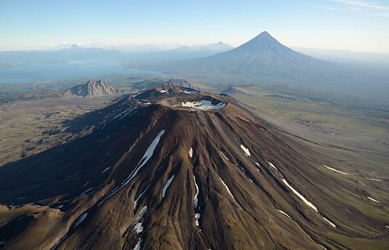 Součástí Kamčatky je řada činných i vyhaslých vulkánů. Na snímku Krašeninnikova sopka