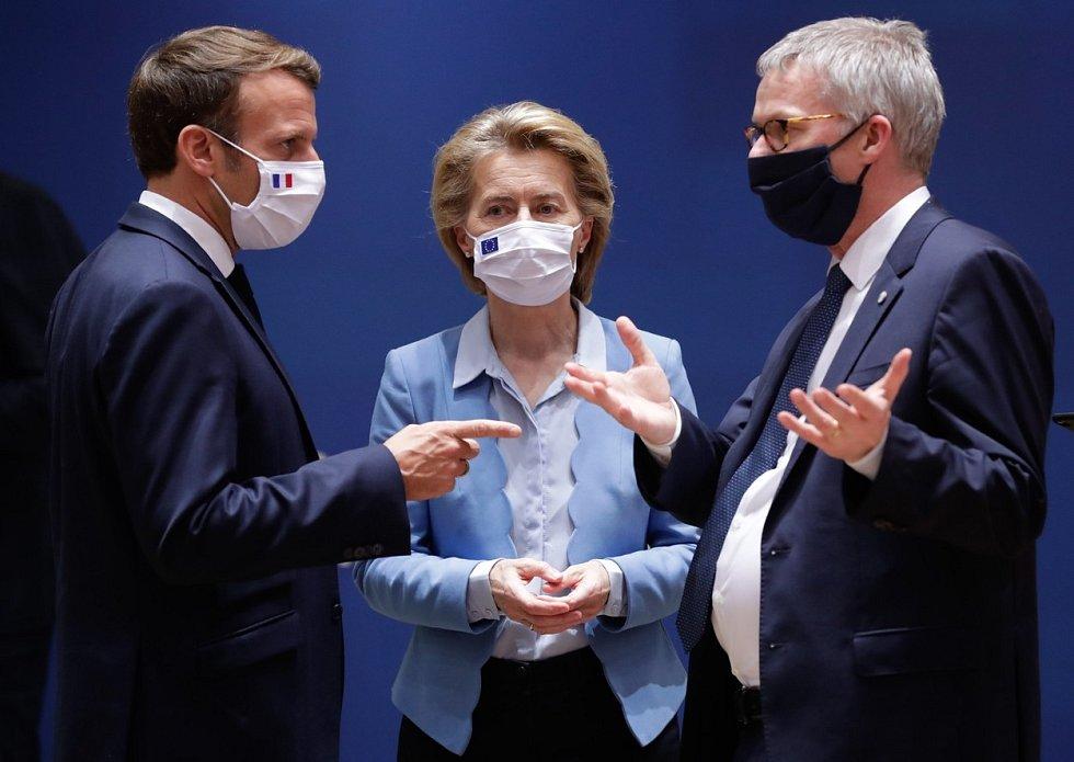 Francouzský prezident Emmanuel Macron, šéfka EK Ursula von der Leyen a generální tajemník Evropské rady Jeppe Tranholm-Mikkelsen