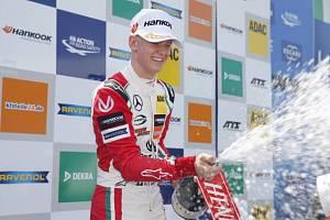 Mick Schumacher po vítězství v závodu F3 v Monze, kde několikrát ve formuli 1 triumfoval i jeho otec.