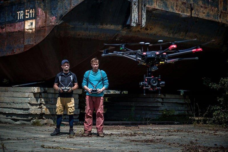 Přátelé. Jiří Mádl jako Plech a Kryštof Hádek v roli Pavla hledají u dronů naplnění svých životů. Každý po svém.