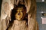 Mumie s částí sarkofágu z muzea ve Vídni.