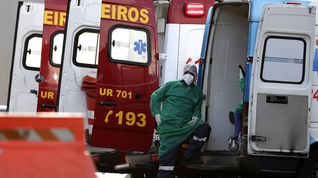 Zdravotník u sanitky v Brasílii
