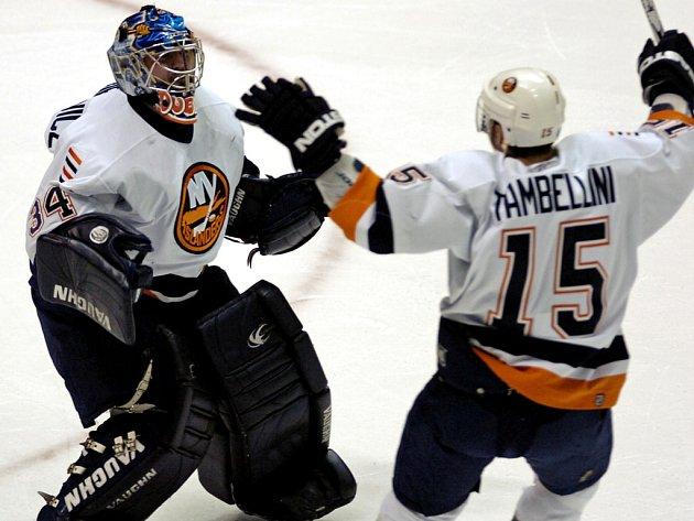 Jeff Tambellini (č. 15) a brankář Wade Dubielewicz po utkání s New Jersey Devils neskrývali radost z postupu do play off.