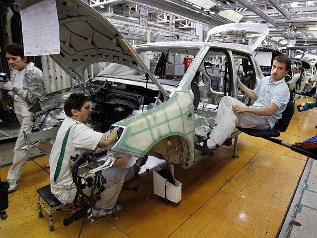 Zaměstnanci Škody Auto prožívají opravdu černé chvíle. Firma Škoda totiž až do června roku 2009 zruší výrobu v pátek. Tisíce zaměstnanců především z výrobní a logistické oblasti tak budou chodit do práce jen čtyři dny v týdnu.